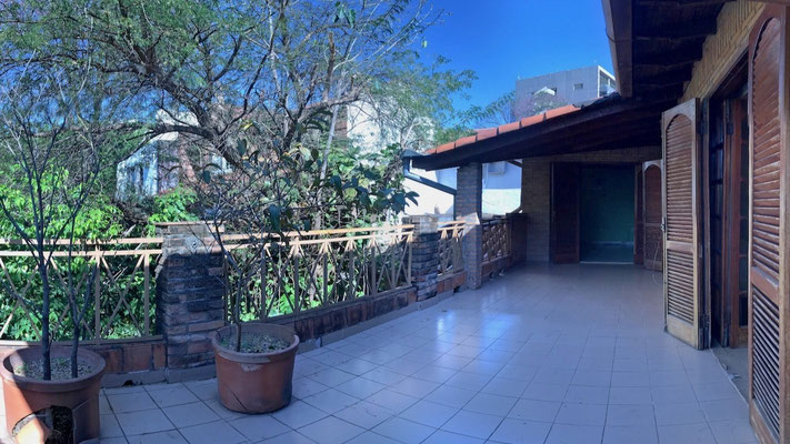 Extensa terraza a lo largo de las habitaciones