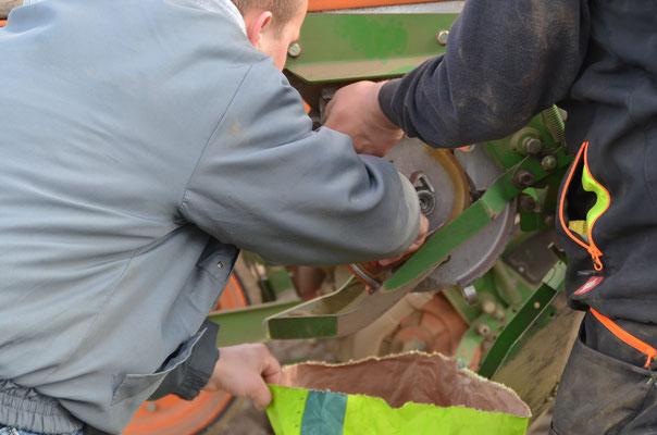 Entleeren der Saatgutbehälter zur Sicherstellung des sauberen Sortenwechsels für den Sortenversuch