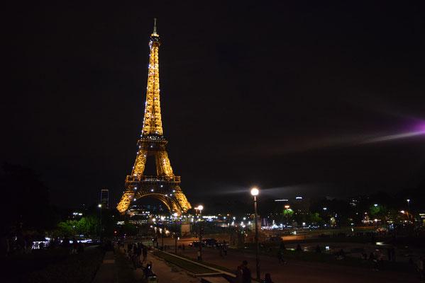 Mein Reisebericht und Tipps für Sehenswürdigkeiten in Paris, Frankreich, wie der Eiffelturm bei Nacht.