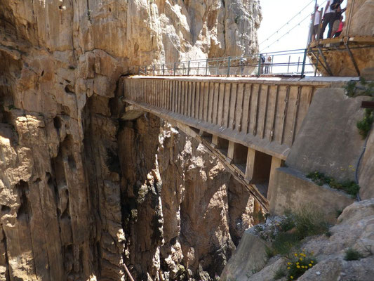 Früher lief man direkt über das Wasserrohr. Heute gibt es die Hängebrücke.