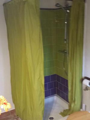 Die Dusche bietet viel Platz
