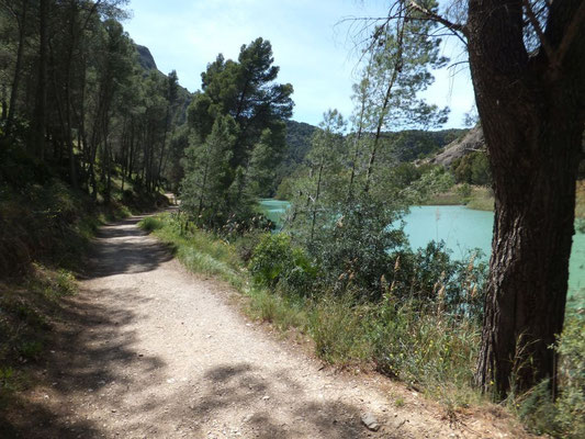 Nach dem Ausgang folgt noch ein Stück entlang des Flusses.
