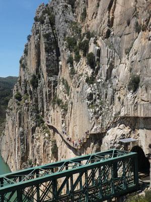 Der Einstieg war früher im Geröllhang unterhalb der Brücke. Heute muss man obendrüber.