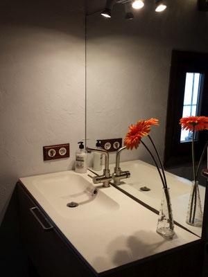 Der Waschtisch mit Spiegel und LED-Licht