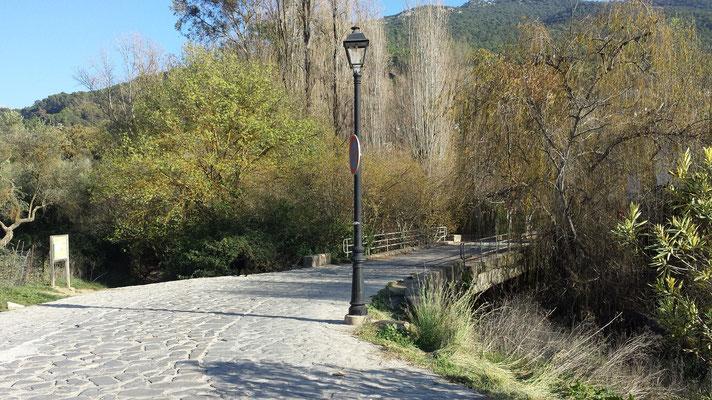 Wo links das Schild steht, kommt der Weg auf der Straße heraus. Nach El Bosque hinein geht es über die Brücke.
