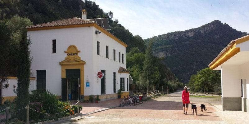 Im ursprünglich als Bahnhof geplanten Gebäude befindet sich heute ein Lokal und ein Informationszentrum. Gegenüber gibt es ein Casa Rural mit Übernachtungsmöglichkeit.