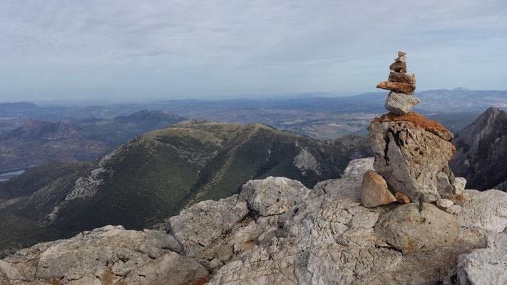 Steinmännchen haben uns schon die Route durch die Kletterpassage gewiesen. Dieses hier markiert den höchsten Punkt auf dem Berg.
