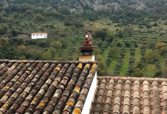 Lustige Windanzeige mit Tio-Pepe-Figur auf dem Dach gegenüber. Handgemacht, wie es scheint.