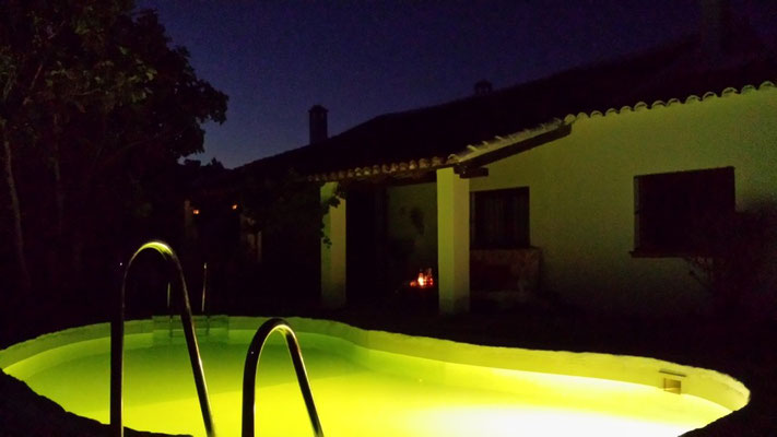 Chillout am Pool bei Nacht