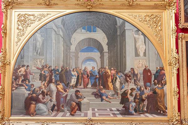 """""""Die Schule von Athen"""" von Raffael. Links gruppieren sich die platonisch, rechts die aristotelisch orientierten Geistesgrößen. Im Hintergrund befinden sich die philosophischen Vertreter, im Vordergrund die Wissenschaftler, Mathematiker und Künstler."""
