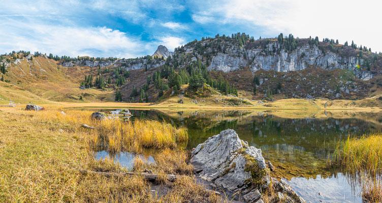 """Der Körbersee im Gemeindegebiet von Schröcken am Hochtannbergpass und mitten des Pflanzenschutzgebietes befindet sich der wunderschöne Natursee. Er wurde 2017 sogar bei der ORF Show """"9 Plätze, 9 Schätze"""" zum schönsten Platz Österreichs gekürt."""