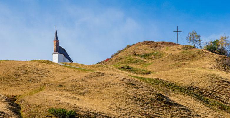 Die Simmelkapelle steht am Simmel, einem Hügel südlich der ehemaligen Salzstraße am Hochtannbergpass.