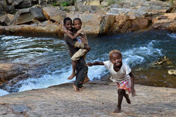 Baignade en compagnie des enfants du village