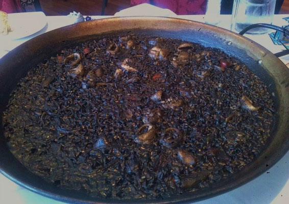 Arroz negro - schwarzer Reis, gefärbt mit Tintenfischtinte