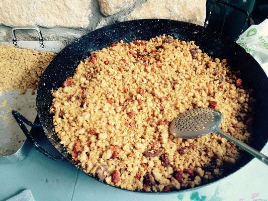 Migas - Brotkrumen geröstet, am besten schmecken sie mit Spiegelei und Weintrauben