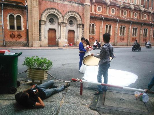 Mariés en pleine séance photo devant la Cathédrale Notre-Dame