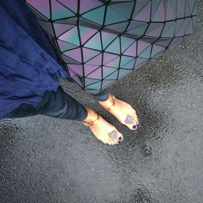 Entre deux averses, pratiques les sandales en plastique !