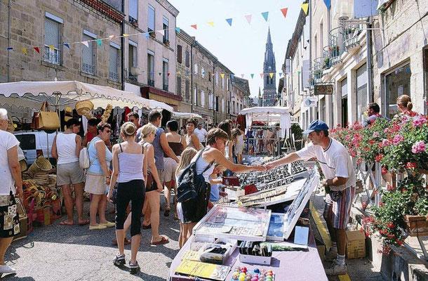 De wekelijkse markt is op donderdag en verder kunt u hier terecht voor al uw boodschappen. Er is ook een grote Intermarché.