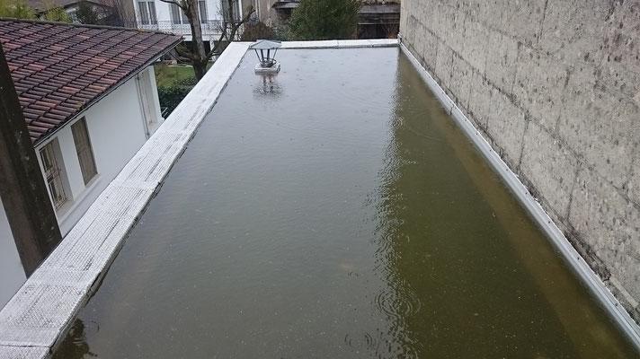 Terrasse sans entretien rempli d'eau