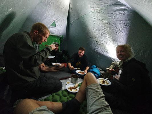 Having a warm dinner in the tent. © Jelmer Groen