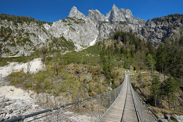 The suspension bridge over the Hirschbichlklausgraben.