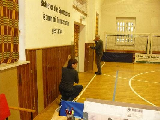 Vorbereitung am Karfreitag - Aufbau der Anzeigetafeln