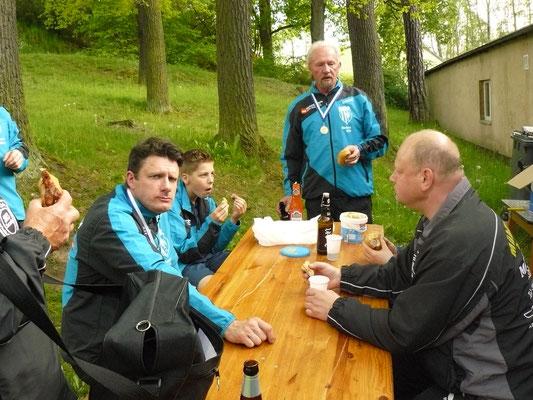 Vereinspokal 2016 - Grillerchen nach dem Turnier v.l.: Marcel Ring, Bastian Seidel, Norbert Witt und Bernd Heller