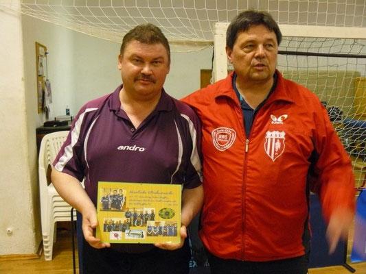 Gratulation zum 50.  -  v.l. Geburtstagskind Steffen Völkel, Gratulant Detlev Pensold