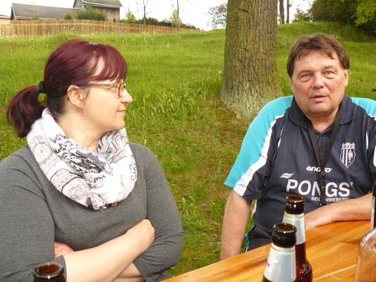Vereinspokal 2016 - Grillerchen nach dem Turnier v.l.: Spielerfrau Doreen Heller und Detlev Pensold