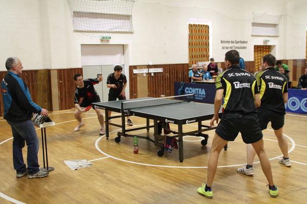 """34. Osterturnier - Spiel 3 im """"Best of 5"""": Im Doppel Plauen Mitte I vs. Syrau (r.) mit dem besseren Ende für Syrau  -  2:1"""
