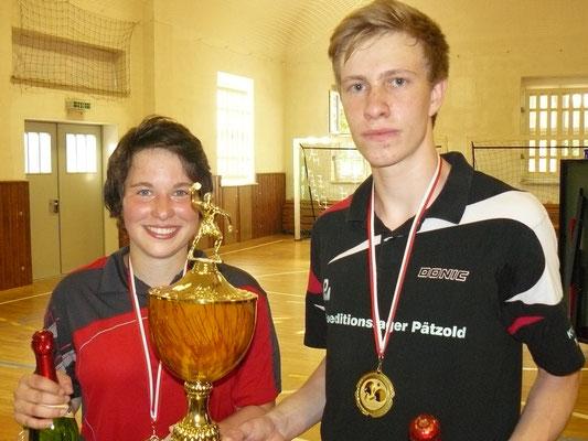 Die strahlenden Sieger Lena Frotscher und Paul Feustel vom TTF Arnsgrün.
