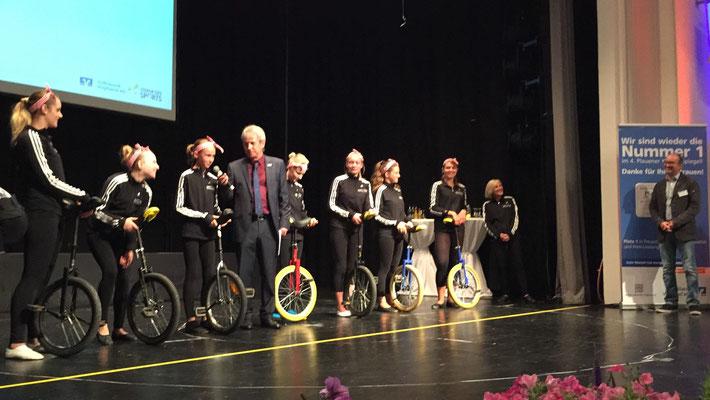Auch Moderator Uwe Heinl versuchte sich (mit Hilfe) auf dem Einrad :)