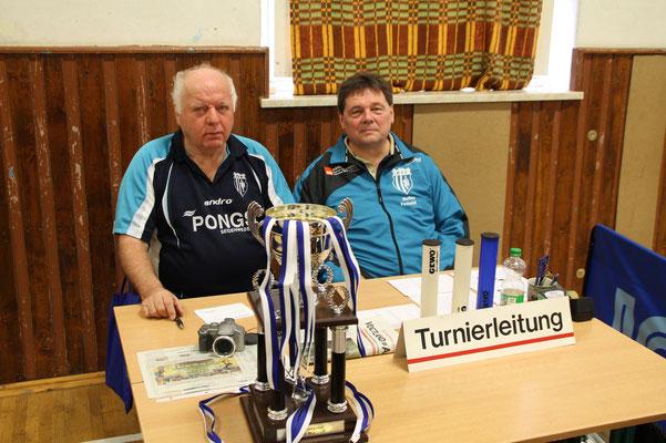 34. Osterturnier - Turnierleitung Detlev Pensold und Peter Christof (v.r.) mit dem begehrten Wanderpokal der Stadt