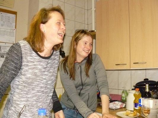 Am Verpflegungsstand in der Kegelbahn  -  v.l. Kathi Bartschefeld & Jessica Lässig