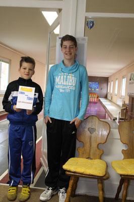 34. Osterturnier - Die Jugend organisiert das Preiskegeln. Adrian Bauer & Linus Albert (v.r.)