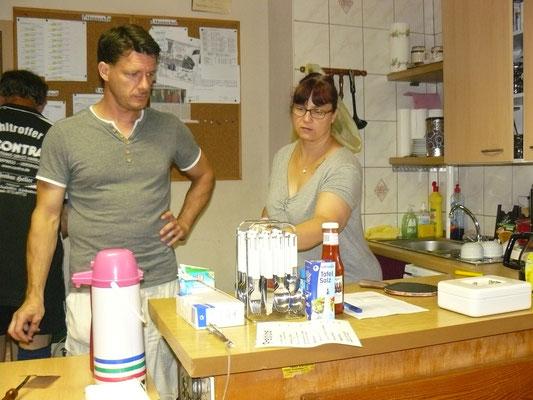 Marcel Ring und Doreen Heller am Service-Point.