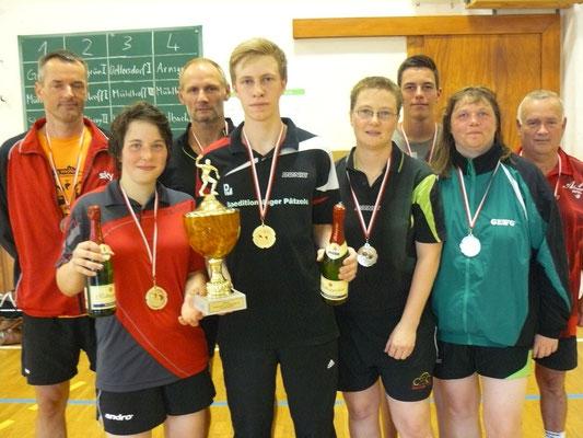 """Das """"Siegertreppchen"""" des 5. Wisenta-Turniers mit: Arnsgrün (Sieger, vorn l.), Gera (Zweiter, vorn r.) und den beiden Straßberger Teams auf den dritten Plätzen (hinten)"""