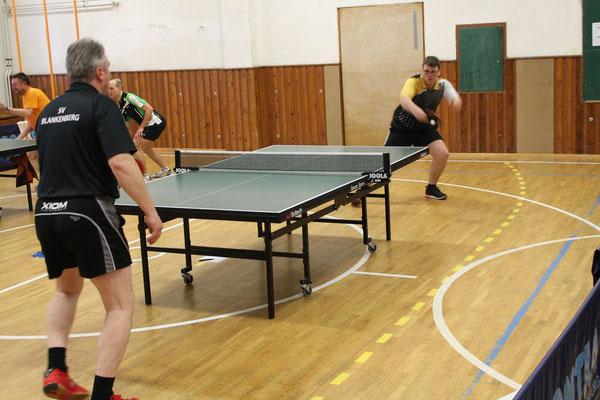 34. Osterturnier - Jan Kessel (MSV III) beim Rückhand-Topspin im Match gegen Blankenberg II