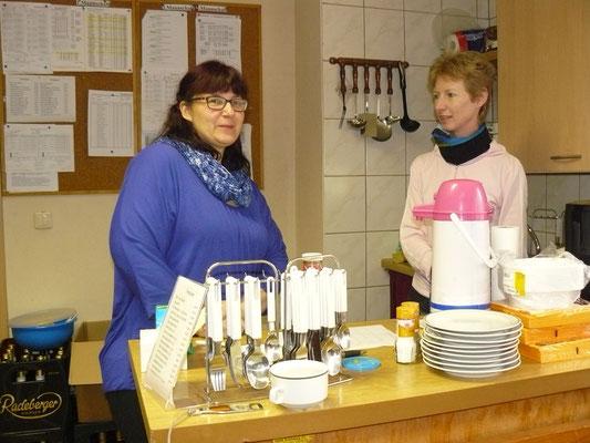 34. Osterturnier - Das Versorgungsteam der Spielerfrauen mit Doreen & Ilona (v.l.)