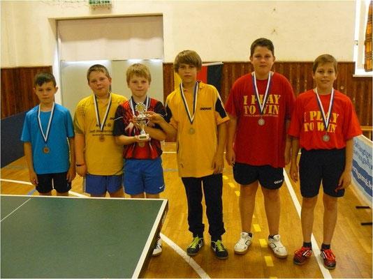 Die Sieger des 1. Junior-Team-Cups  -  v.r. Bastian Seidel & Leon Broßmann (2.), Team Schleiz (1.), Team Oettersdorf (3.)