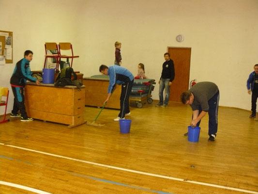 Vorbereitung am Karfreitag - Groß-Reine-Machen durch die Sportfreunde