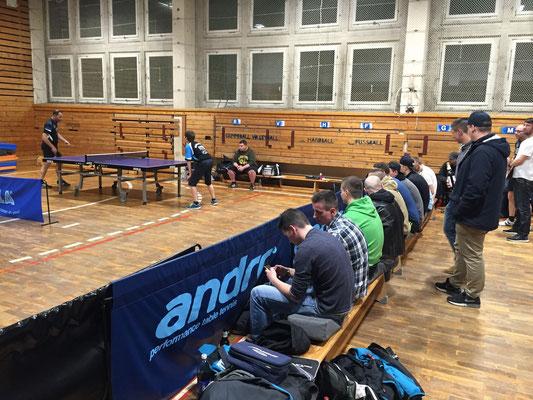 MSV II kämpft beim TTV Erlbach um die Herbstmeisterschaft. Außergewöhnlich: Auch beim Spiel der punktlosen fünften Mannschaft kommen zahlreiche Fans in die Halle geströmt. Klasse!