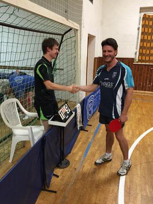 Shake Hands nach dem Spiel - Yannis Geffke (Schiri) und Marcel Ring (v.l.)