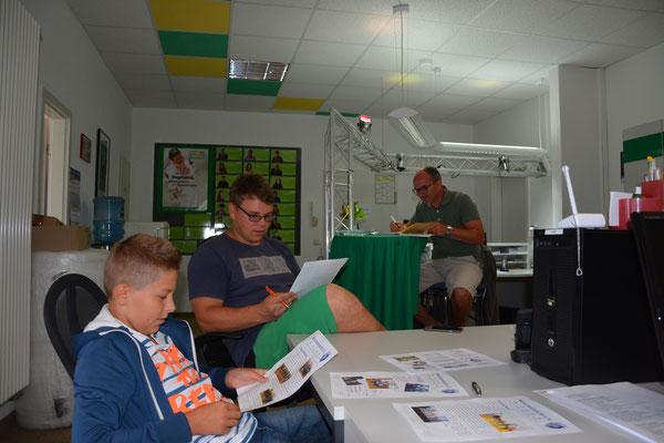 Kurze Vorbereitung Bastian Seidel, Jan Kessel und Torsten Zimmermann (v.l.) -  Das Lampenfieber steigt!
