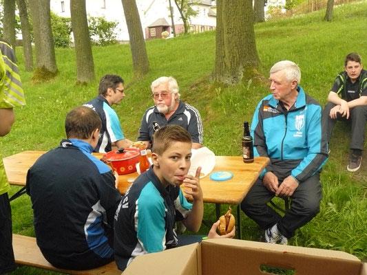 Vereinspokal 2016 - Grillerchen nach der Vorrunde v.l.: Norman Schusser, Thomas Graap, Horst Bage, Bastian Seidel, Peter Schliwa und Leon Broßmann