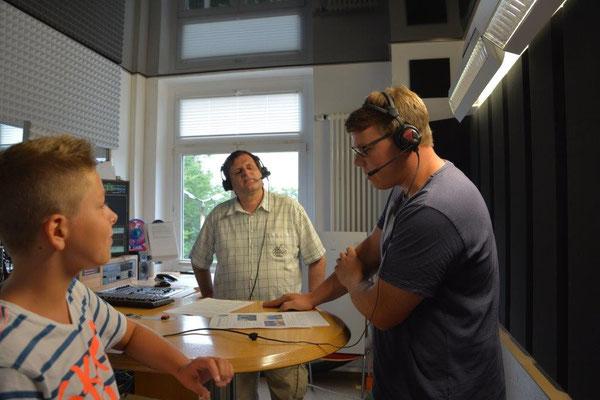 Moderator Uwe Schwarz und die TT-Spieler Jan Kessel und Bastian Seidel (v.l.) ON AIR bei der Präsentation der Sektionen.