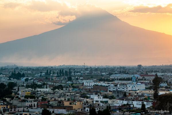 Vulcão Popocatépetl. Com 5.246m de altura, Popocatépetl é um vulcão ativo e teve sua última eruoção em 2013.