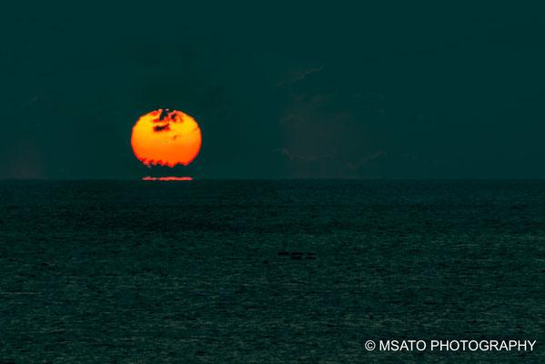 Quanto mais sobe, a forma do sol vai se alterando.