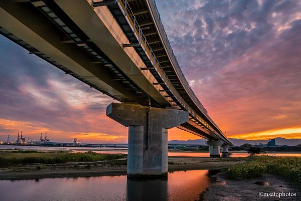 24 - Província de MIE. Inaba Port Line com um dramático entardecer. Recentemente construída na cidade de Yokkaichi, esta ponte tem uma arquitetura singular e dá acesso ao porto da cidade.