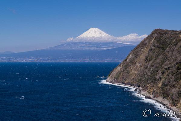 Fotografado no dia 10 de fevereiro a partir do lado oeste da península de Izu, província de Shizuoka(21).